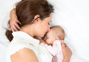 Hãy cho con bú thường xuyên để cân năng của  mẹ sau sinh không bị dư thừa