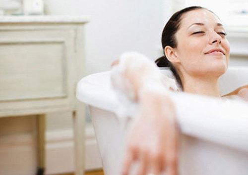 Tắm gội sạch sẽ ngay sau khi sinh