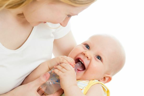 bé uống nước, trẻ sơ sinh uống nước, khi nào bé sơ sinh cần uống nước