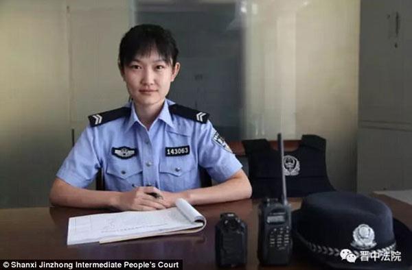 nữ cảnh sát cho con của phạm nhân bú