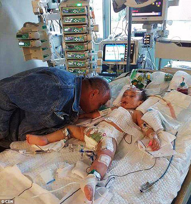 cô bé bị bạo hành, cô bé đang thương, nụ hôn cuối của cha cho con gái 2 tuổi bị bạo hành