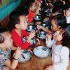 bữa ăn của trẻ mầm non chỉ có bún và nước