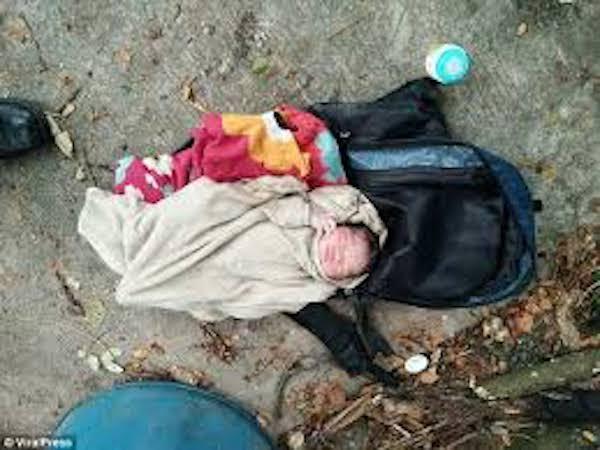 bé sơ sinh bị bỏ rơi trong túi du lịch