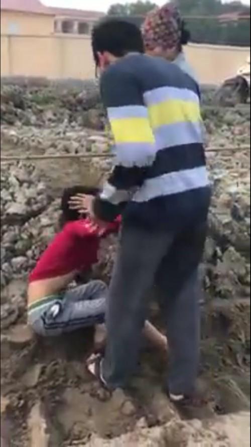 xác định danh tính 2 mẹ con chủ ruộng ngô đánh dã man bé 10 tuổi