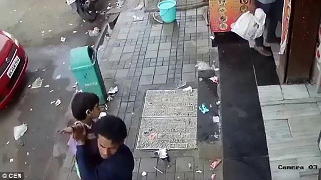 bé 2 tuổi bị bắt cóc quá đơn giản ngay khi vừa bước ra khỏi nhà