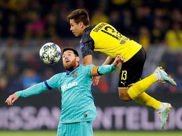 HLV Valverde vỗ về Messi trong ngày Barca hòa may mắn Dortmund